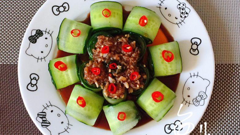 蒜泥黄瓜,最后再摆放些小米椒,是不是很漂亮