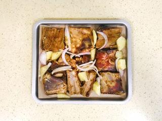 孜然排骨,烤盘间隙处插入辅材,这样蔬菜可以吸收猪肋排水分
