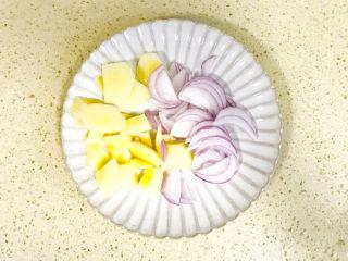 孜然排骨,准备辅材,土豆去皮,切小块,洋葱洗净切成片