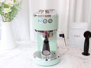 一个配方6种口味的冰淇淋,首先先制作咖啡液,我用的是马克西姆意式咖啡机,6克粉打了差不多约30克的浓缩咖啡液,放凉备用
