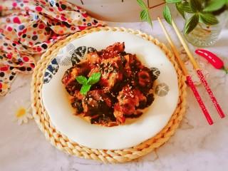 酸菜炖排骨,撒上熟芝麻 装盘即食