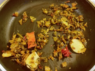 酸菜炖排骨,翻炒出香味