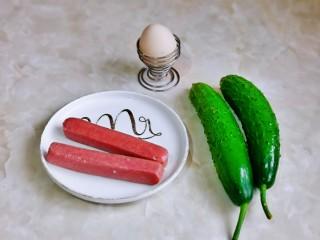 黄瓜炒香肠,准备食材。