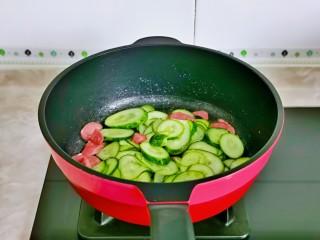 黄瓜炒香肠,再加入切好的黄瓜翻炒。