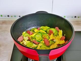 黄瓜炒香肠,快速翻炒均匀即可关火出锅。