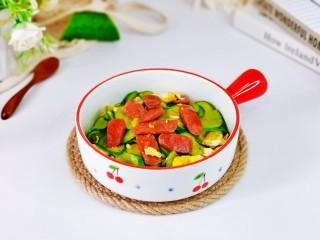 黄瓜炒香肠,盛出装盘,即可食用。