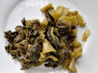 酸菜炖排骨,酸菜切成均匀的块状