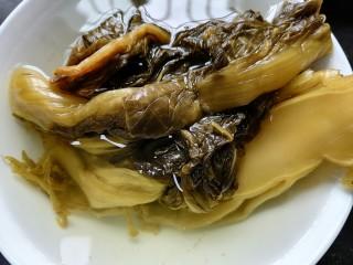 酸菜炖排骨,将酸菜泡水清洗干净