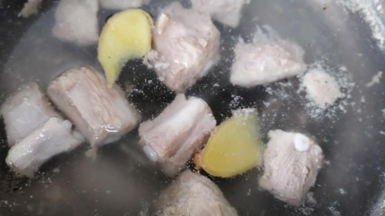 酸菜炖排骨,煮至沸腾出沫