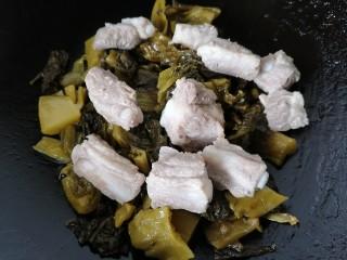 酸菜炖排骨,过一会放入排骨一同翻炒