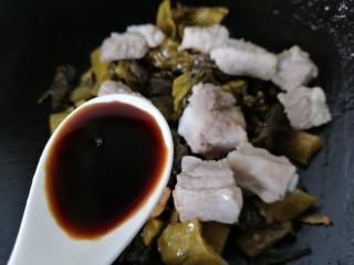 酸菜炖排骨,加入两勺生抽提鲜