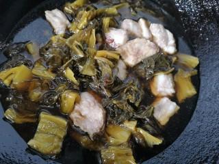 酸菜炖排骨,加入适量水开始炖煮
