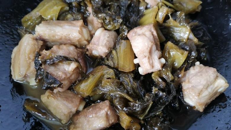 酸菜炖排骨,煮至汁干入味即可出锅