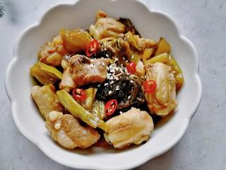 酸菜炖排骨,装盘撒上白芝麻和辣椒点缀
