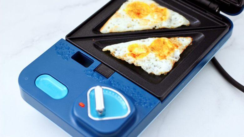 鹌鹑蛋培根芝士三明治,鹌鹑蛋两面煎熟后盛出备用。