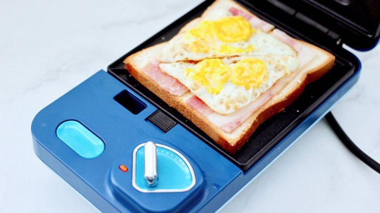 鹌鹑蛋培根芝士三明治,再铺上煎好的鹌鹑蛋。