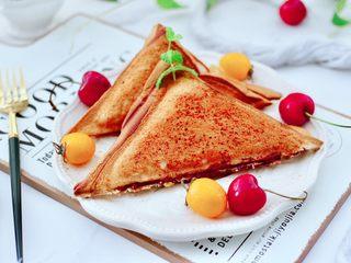 鹌鹑蛋培根芝士三明治,搭配上一杯香香的碧螺春花茶,真的是棒极了。