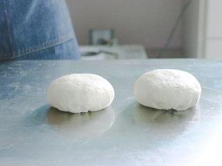 培根火腿披萨,按揉后,分成两块备用