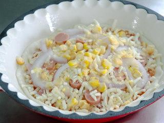 培根火腿披萨,接着撒上一些玉米粒