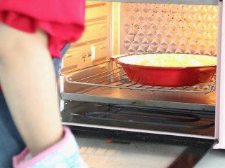 培根火腿披萨,然后放入预热好的烤箱中层,调到200℃,烤20分钟