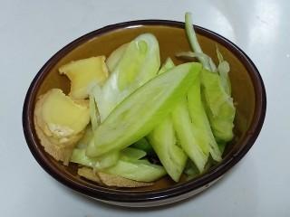 酸菜炖排骨,姜切片,葱斜切成片