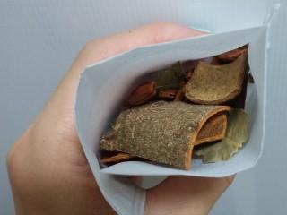 酸菜炖排骨,这个时候准备香料包,可以买现成的炖肉包,也可以自己搭配,我用的是反折茶包袋,里面装的花椒,大料,茴香,香叶,桂皮。