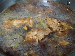 酸菜炖排骨,锅内倒入清水,大概没过食材就可以,喜欢喝汤的可以多加水