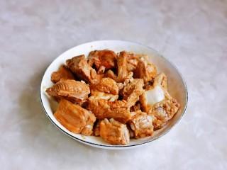 小米蒸排骨,抓拌均匀,腌制30分钟。