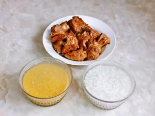 小米蒸排骨,小米和糯米淘干净后,冷水泡30分钟。