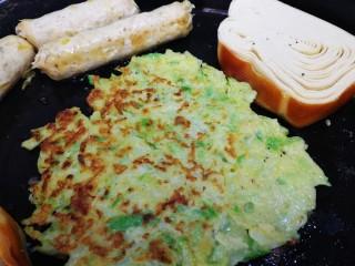 萝卜丝薄饼,萝卜丝薄饼很容易熟,烙至两面微焦,再煎两根香肠,一块豆腐卷。