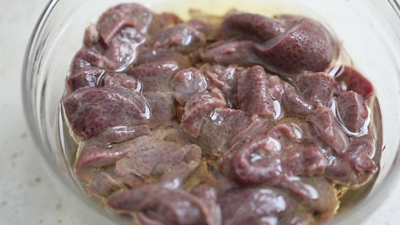 青椒炒猪肝,加入油拌均匀;