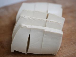 娃娃菜炖豆腐,豆腐切窄条块;