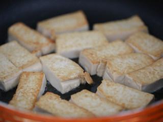 娃娃菜炖豆腐,放分量外的油起油锅,把豆腐煎到两面金黄,留在锅里备用;