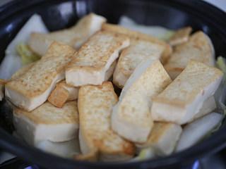 娃娃菜炖豆腐,加入豆腐,淋点水,加盖子炖1分钟;
