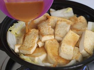 娃娃菜炖豆腐,淋入酱汁;