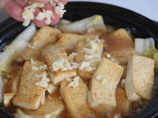 娃娃菜炖豆腐,撒上蒜蓉盖盖子烧开,然后撒上葱花放上剁椒装饰上桌。