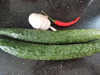蒜泥黄瓜,准备好食材