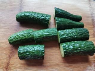 蒜泥黄瓜,黄瓜洗净切去两头,切小段