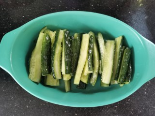 蒜泥黄瓜,腌好的黄瓜挤出水份,摆入盘中