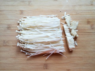 金针菇肥牛卷,金针菇切去根部。