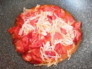 金针菇肥牛卷,下入西红柿翻炒至出汁。