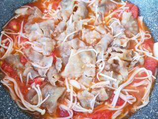 金针菇肥牛卷,煮至牛肉卷入味。