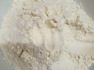 韭菜粉丝蒸饺,碗里倒入面粉。