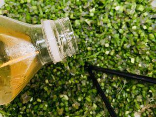 韭菜粉丝蒸饺,倒入食用油最后搅拌均匀,食盐和油最后放,食用油锁水,食盐最后放防止出水。