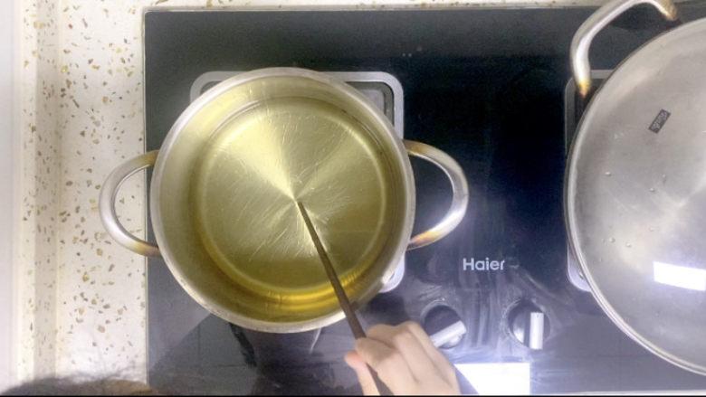 椒盐里脊,用一根干筷子伸进油中,有气泡说明油温可以了