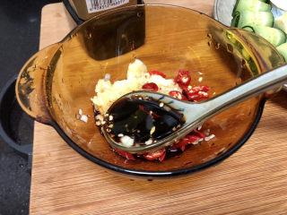 蒜泥黄瓜➕绿树阴浓夏日长,蒜泥姜末小米辣放入碗中,加入两汤匙生抽