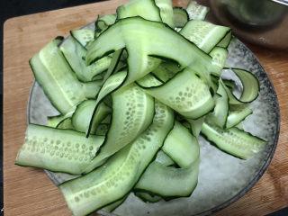 蒜泥黄瓜➕绿树阴浓夏日长,用削皮刀刮成黄瓜薄片