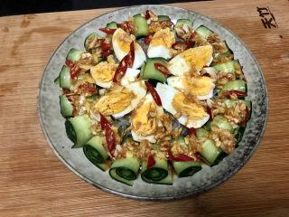 蒜泥黄瓜➕绿树阴浓夏日长,把调味汁均匀浇在黄瓜鸡蛋上,即可上桌享用
