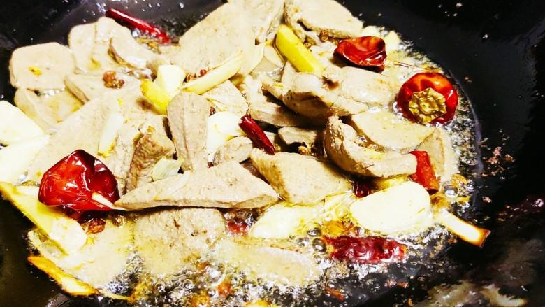 青椒炒猪肝,加入煮好的煮好