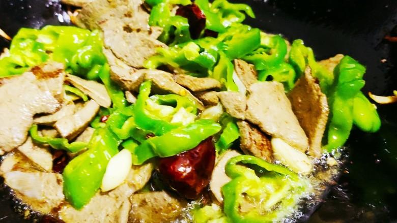 青椒炒猪肝,再加入青椒